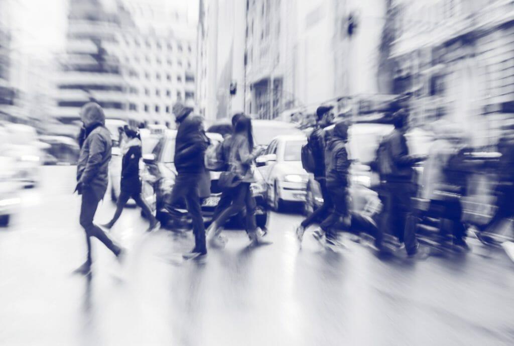 Mensen steken over op straat