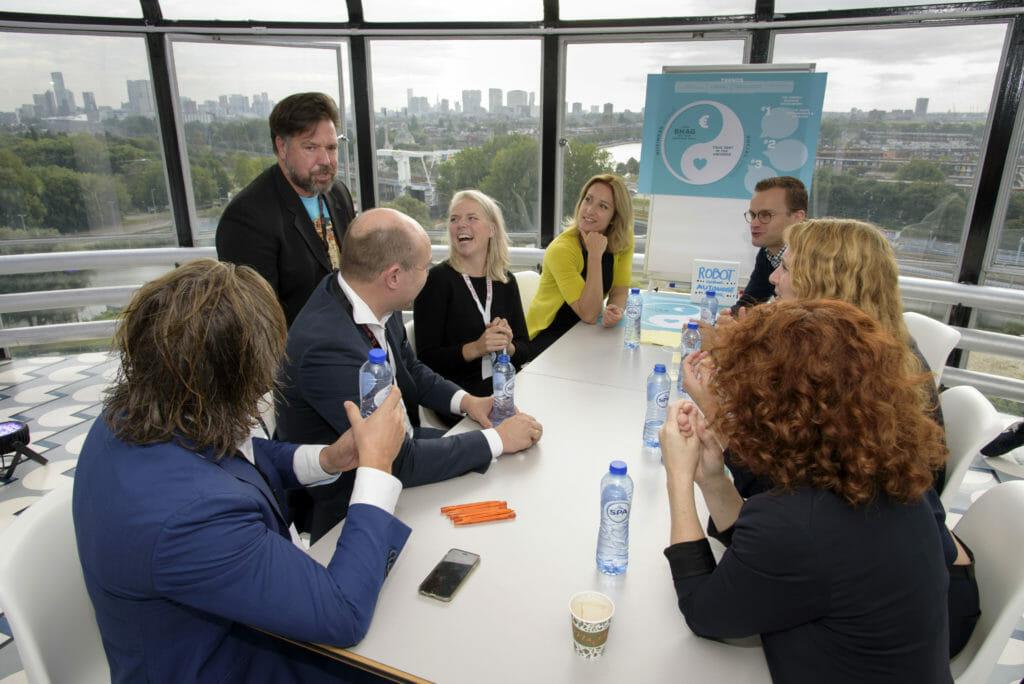 Lachende deelnemers aan challenge van de Provincie Zuid- Holland