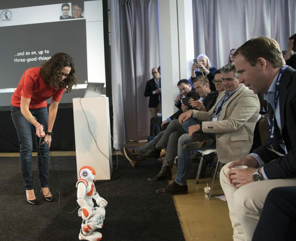 Vanessa Evers laat publiek kennis maken met een robot