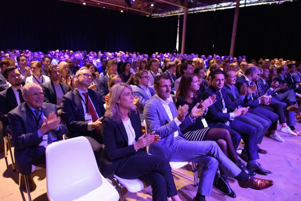 Foto van publiek bij de opening van RE_INVENT