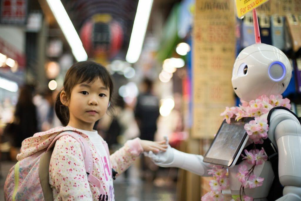 Meisje hand in hand met robot